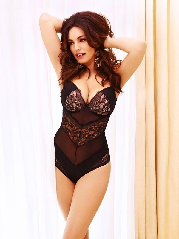 Kelly Brook model pentru campania de sărbători  New Look lenjerie