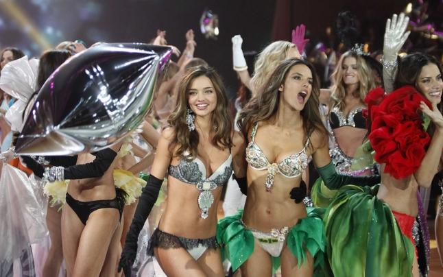 """Noutati din moda : Victoria's Secret şi-a ales """"îngerii"""" sexy pentru celebrul show din decembrie"""