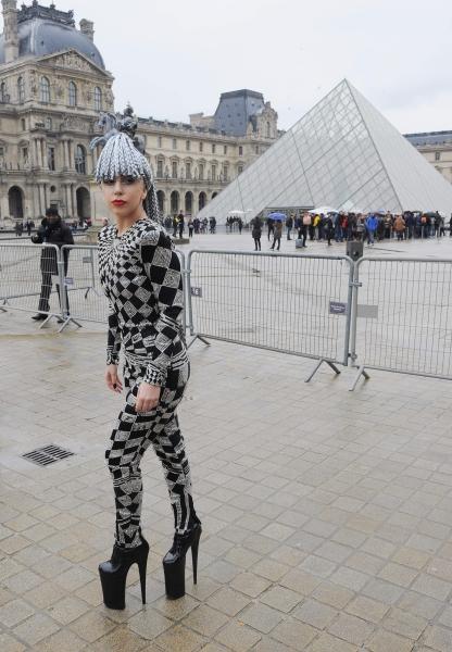 Lady-Gaga-Muzeul-Louvre