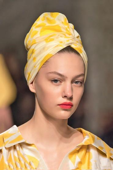 Turbanul: un accesoriu hot pentru vara aceasta