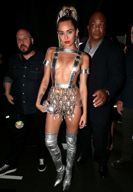Cizmele argintii peste genuchi creatie a celebrului brand Versace