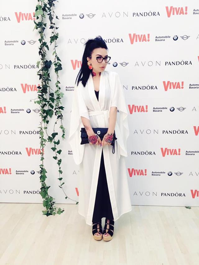 DJ Wanda , intr-o vestimentatie de inspiratie japoneza, rochie neagra si matase si kimono alb OMRA, cercei Iulia Albu, ochelari Miu Miu