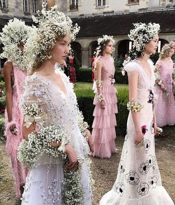 Coronițe din floarea miresei la prezentarea Colecția Rodarte Spring 2018