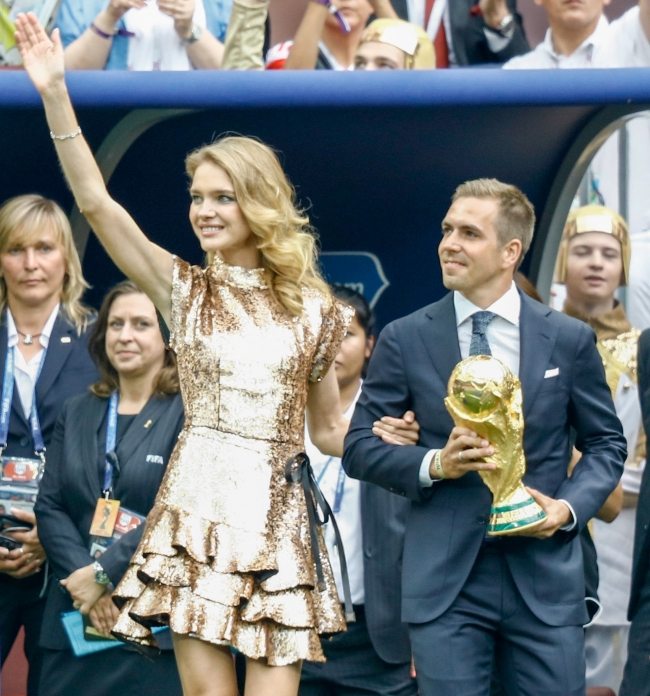 Natalia Vodianova a inmanat trofeul Campionatului Mondial de Fotbal