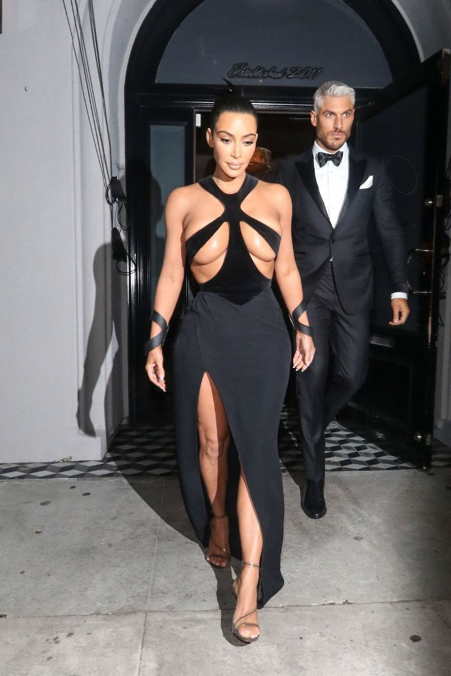 Kim Kardashian (rochie Thierry Mugler, Hollywood Beauty Awards)