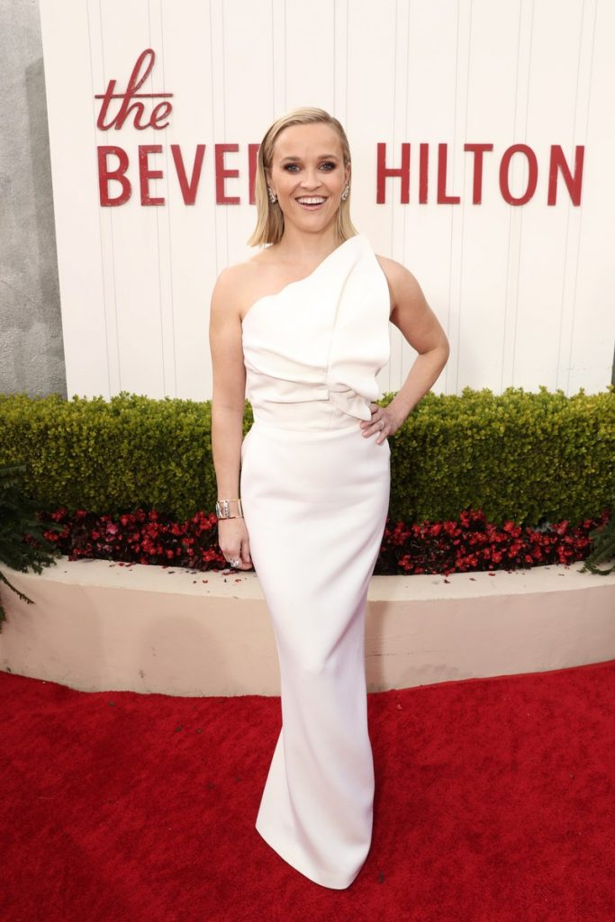 Reese Witherspoon (rochie Roland Mouret, pantofi Jimmy Choo si bijuterii Tiffany & Co.)