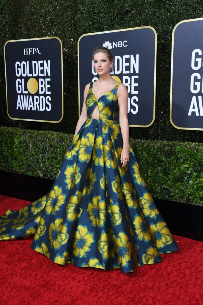 Taylor Swift (rochie Etro Couture, pantofi Christian Louboutin si bijuterii Lorraine Schwartz)