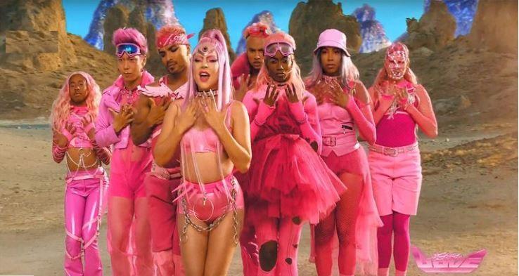 Lady Gaga afiseaza un machiaj spectaculos in piesa Stupid Love